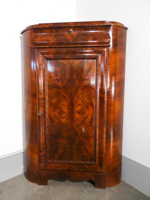 Angoliera inglese in legno impiallacciato in radica e piuma di mogano, anta singola e cassetto. Ottocento