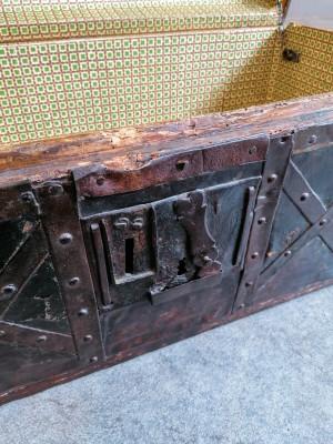 Baule in legno, con fasce, chiavistelli e maniglie in ferro battuto e rivettato. Italia, Fine Settecento, Primo Ottocento