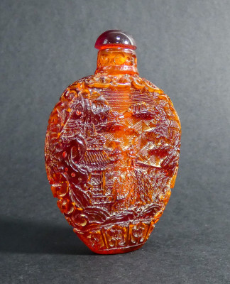Bottiglietta da fiuto (snuff bottle) in ambra intagliata. Cina, Ottocento