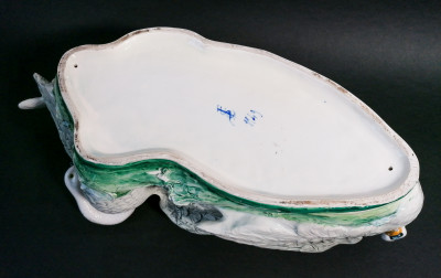 Cachepot, grande vaso centrotavola, fioriera in ceramica dipinta costituita da tre cigni. Società Ceramica COLONNATA. Sesto Fiorentino Italia, Primo Novecento