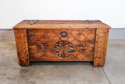 Cassapanca, baule nuziale intagliato, in legno massello di noce, rovere e larice. Ferramenta originale. Francia, Settecento