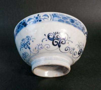 Ciotola in porcellana dipinta nel tradizionale blu su bianco. Cina, probabile Dinastia Ming XVI-XVII sec.