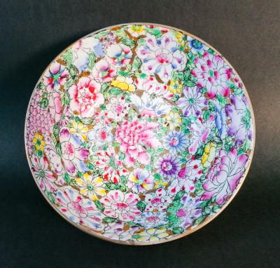 Ciotola in porcellana cinese dipinta. Sigillo Qianlong Nian Zhi sul fondo. Cina, Novecento