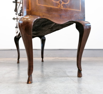 Comò piemontese intarsiato a gamba alta e mossa, due cassetti, in legno di noce. Italia, Settecento