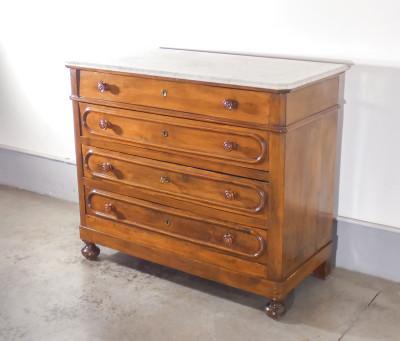 Comò umbertino in legno di noce, piano in marmo, a tre cassetti e mezzo. Italia, Ottocento