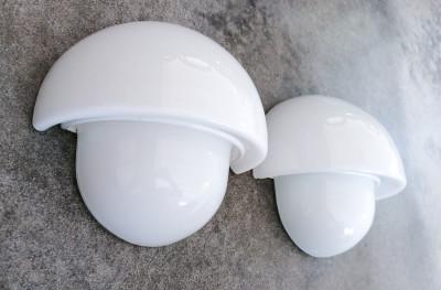 Coppia di applique di design italiano, in vetro opalina a triplo strato, Murano. Italia, Anni 60