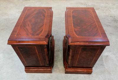 Coppia di comodini inglesi impiallacciati in piuma di mogano e intarsiati, con quattro cassetti. Novecento