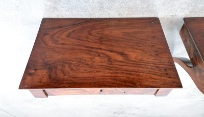 Coppia di mensoline Impero, in legno di noce e radica di noce, con cassettino. Ottocento
