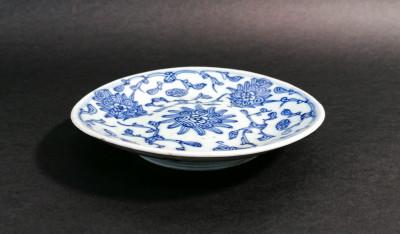 Coppia di piattini in porcellana cinese dipinta in blu su bianco. Marchio sul fondo. Cina, Secondo Ottocento
