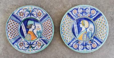 Coppia di piatti da parata DERUTA in maiolica lustra dipinti a mano. Italia, Novecento