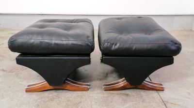 Coppia di poltrone con pouf, in pelle nera design italiano. Italia, Anni 60/70