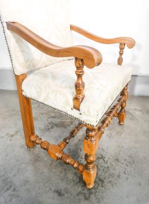 Coppia di poltrone umbertine in legno massello di noce, imbottite. Italia, Secondo Ottocento