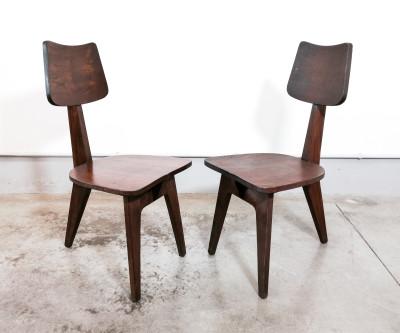 Coppia di sedie design brutalista, a tre gambe, in legno massello di castagno. Anni 50