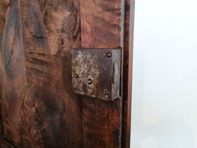 Credenza Direttorio a due corpi, in legno massello di noce, pannelli delle ante in piuma di noce. Ottocento