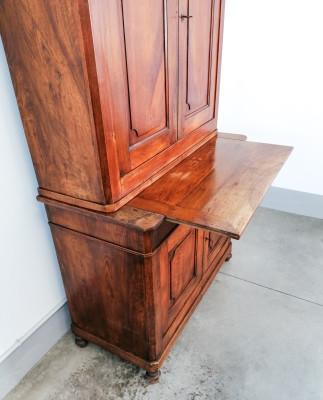 Credenza Umbertina a due corpi, in legno massello di noce, piano estraibile e cassetto, due ante superiori e due inferiori. Ottocento