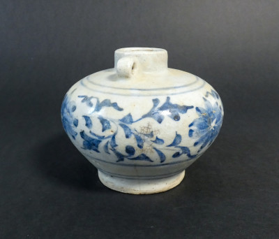 Piccola giara in ceramicadipinta nel tradizionale blu su bianco. Cina, probabile dinastia Ming XVI-XVII sec.