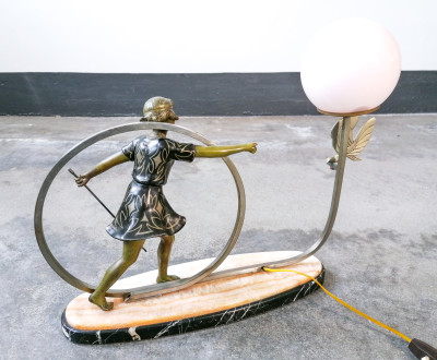 Lampada da comodino, da tavolo, con scultura di bambina e uccellino in metallo, lume sferico in vetro rosato. Primo Novecento