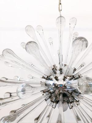 Lampadario a sospensione attribuito alla mano di Paolo VENINI in vetro soffiato di Murano e metallo cromato. Italia, Anni 60