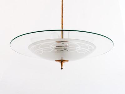 Lampadario di design riferibile alla mano di Pietro CHIESA per FONTANA ARTE in vetro e ottone. Italia, Anni 40