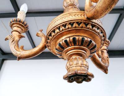 Lampadario a tre braccia in legno scolpito e dorato, originale d