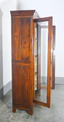 Libreria/vetrinetta CARLO X in legno massello di abete a due ante con ripiani. Italia, Ottocento