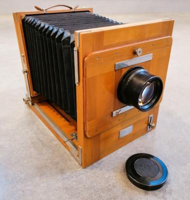 Macchina fotografica FK 18 x 24 a lastre, di fabbricazione russa, in legno, con cavalletto. Russia, Anni 60