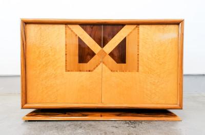 Credenza di design italiano, stile art decò in radica di olmo, intarsiata in varie essenze, doppia anta a scomparsa, due cassetti interni. Italia, Novecento