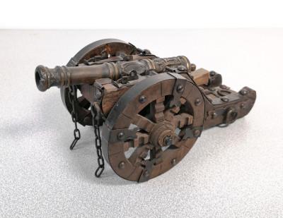 Modellino in <b>metallo</b><br> e legno di un<br> <b>antico cannone</b>