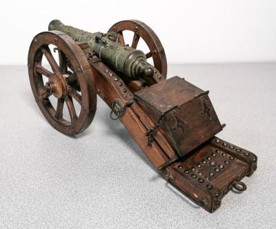 Modellino in metallo e legno di un antico cannone settecentesco, con baule