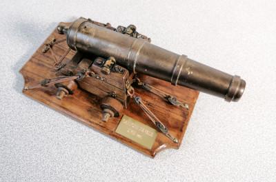 Modellino in metallo e legno di un antico cannone navale settecentesco