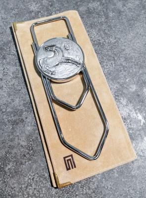 Molla fermacarte a forma di fermaglio, con bassorilievo in bronzo argentato disegnato da Bruno CASSINARI. Con il certificato della Galleria San Carlo e astuccio originale. Italia, Anni 80/90
