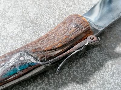 Antica navaja spagnola con manico in osso. La forma del manico e della lama fanno pensare ai modelli di Albacete. Lama firmata. Primo Novecento