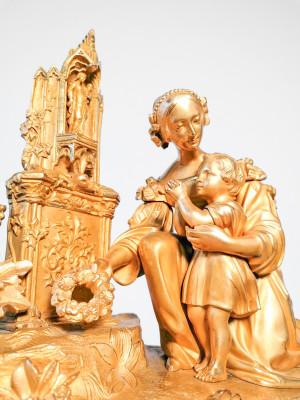 Orologio parigina da camino in bronzo dorato al mercurio, con gruppo scultoreo sulla sommità. Movimento marchiato V. E. con la figura di un