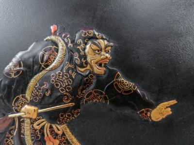 Antico pannello laccato, dipinto e dorato raffigurante figure del teatro kabuki. Giappone, Novecento