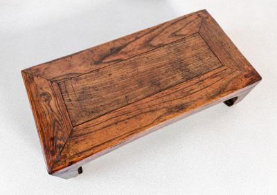 """Pedana in legno di olmo, con tracce di laccatura originale. Gambe a """"zoccolo di cavallo"""". Costruzione realizzata completamente ad incastro. Con expertise. Cina, Dinastia Qing XVIII sec."""