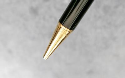 Penna a sfera Stylos Les Must de Cartier Paris Laminata in oro n° A014409 con certificato originale di garanzia, foglietti illustrativi e confezione originale. Parigi, 1992