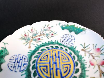 Piatto in porcellana cinese dipinta. Sigillo Guangxu sul fondo. Cina, Fine Ottocento Inizio Novecento