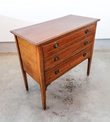 Piccolo comò in legno di noce intarsiato, a tre cassetti. Novecento