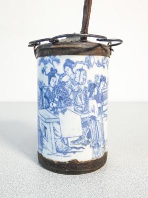 Pipa da oppio in ceramica decorata in blu su bianco. e metallo. Cina