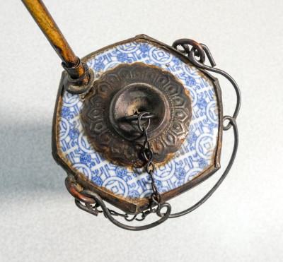 Pipa da oppio in ceramica decorata in blu su bianco e metallo. Cina