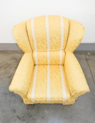 Poltrona bergere di design italiano, rivestita in tessuto damascato giallo oro. Italia, Anni 60/70