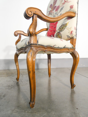 Poltrona Luigi Filippo in legno massello di noce, imbottita. Italia, Secondo Ottocento