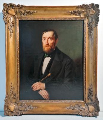 Dipinto in olio su tela di autore anonimo e di eccellente fattura ritraente un uomo, probabilmente uno scrittore. Una piccola dedica recita a Don Rondelli B... Italia, Primo Ottocento