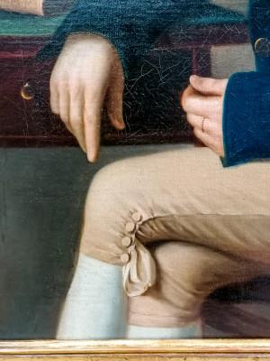 Grande dipinto in olio su tela di autore anonimo e di eccellente fattura ritraente un uomo seduto a figura intera, in bellissima cornice coeva. Italia, Primo Ottocento