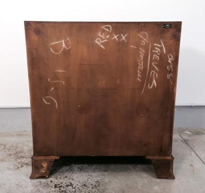 Ribaltina inglese impiallacciata in piuma di mogano, firmata Burton Reproductions Ltd. Quattro cassetti esterni e due interni. Inghilterra, Primo Novecento