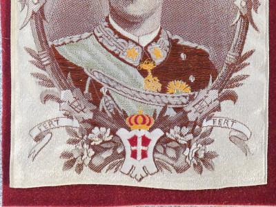 Raffinato ricamo su seta del Re Vittorio Emanuele III, cornice in bronzo originale d