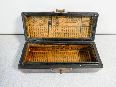 Cuscino salvadanaio cinese (pillow box) in legno e pelle dipinta con dragoni dorati. Cina, Novecento