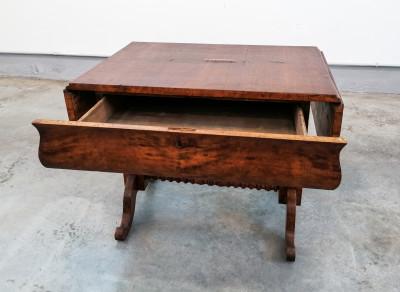 Scrivania, scrittoio a bandelle laterali in legno di noce e radica di noce, con cassetto frontale. Fine Ottocento