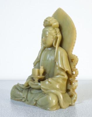 Scultura in serpentino raffigurante un Bodhisattva, probabilmente Guanyin. Cina, Novecento