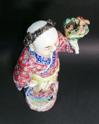 Scultura in ceramica dipinta e smaltata raffigurante un Uomo su una nuovola con cesta di fiori. Cina, Primo Novecento